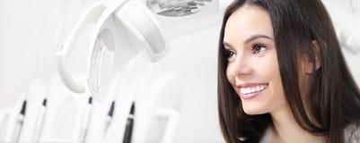 Conceito dos cuidados dentários, mulher de sorriso bonita na clínica b do dentista imagens de stock