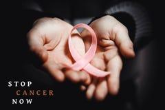Conceito dos cuidados médicos - a criança entrega guardar a fita da conscientização do câncer Fotos de Stock Royalty Free