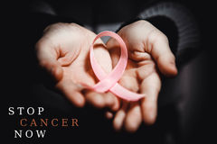 Conceito dos cuidados médicos - a criança entrega guardar a fita da conscientização do câncer Fotos de Stock
