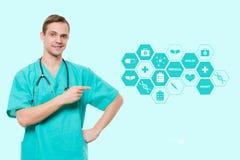 Conceito dos cuidados médicos, da profissão, dos símbolos, dos povos e da medicina - doutor masculino de sorriso no revestimento  Imagens de Stock Royalty Free