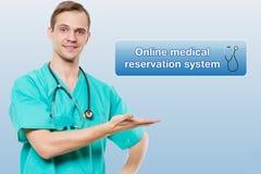 Conceito dos cuidados médicos, da profissão, dos símbolos, dos povos e da medicina - doutor masculino de sorriso no revestimento  Foto de Stock