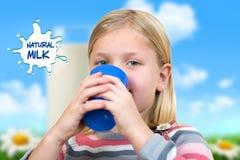 Conceito dos cuidados médicos e da medicina - menina doente com a gripe que guarda o copo do chá ou do leite quente fotografia de stock