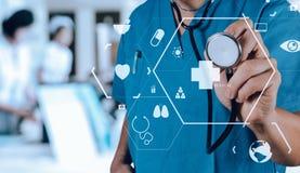 Conceito dos cuidados médicos e da medicina sagacidade de trabalho esperta do médico Imagem de Stock