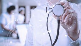 Conceito dos cuidados médicos e da medicina sagacidade de trabalho esperta do médico Foto de Stock