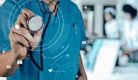 Conceito dos cuidados médicos e da medicina sagacidade de trabalho esperta do médico Fotografia de Stock