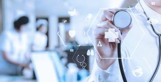 Conceito dos cuidados médicos e da medicina sagacidade de trabalho esperta do médico Imagens de Stock Royalty Free