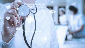 Conceito dos cuidados médicos e da medicina sagacidade de trabalho esperta do médico Imagens de Stock