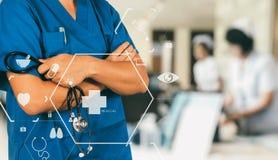 Conceito dos cuidados médicos e da medicina sagacidade de trabalho esperta do médico Fotografia de Stock Royalty Free