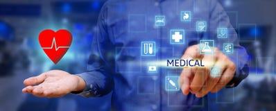 Conceito dos cuidados médicos, mostra do homem da mão que guarda o coração na palma e nos pres Imagem de Stock Royalty Free