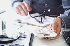 Conceito dos custos e das taxas dos cuidados médicos A mão do doutor esperto usou um Ca ilustração do vetor