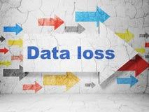 Conceito dos dados: seta com perda dos dados no fundo da parede do grunge Fotografia de Stock