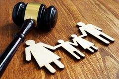 Conceito dos direitos familiares Figuras e martelo de madeira foto de stock