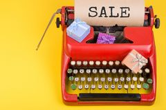 Conceito dos feriados - máquina de escrever vermelha com papel do ofício com texto fotos de stock