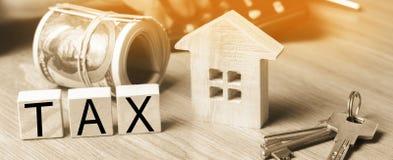 Conceito dos impostos sobre os bens imóveis, da compra e da venda da propriedade e do hou fotos de stock royalty free