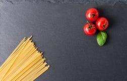 Conceito dos ingredientes da massa no fundo preto da ardósia visto da parte superior Imagens de Stock Royalty Free