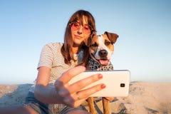 Conceito dos melhores amigos: ser humano que toma um selfie com cão Fema novo imagem de stock