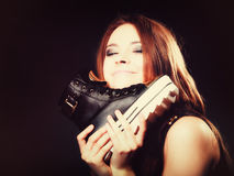 Conceito dos povos - adolescente nos calçados casuais Imagem de Stock