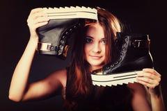 Conceito dos povos - adolescente nos calçados casuais Fotos de Stock