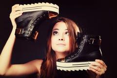 Conceito dos povos - adolescente nos calçados casuais Foto de Stock