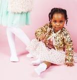 Conceito dos povos do estilo de vida: crianças diversas da nação que jogam junto, menino caucasiano com a menina africana que gua Imagem de Stock