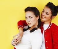 Conceito dos povos do estilo de vida: dois adolescentes consideravelmente novos da escola que têm o sorriso feliz do divertimento Imagem de Stock Royalty Free