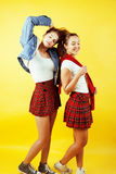 Conceito dos povos do estilo de vida: dois adolescentes consideravelmente novos da escola que têm o sorriso feliz do divertimento Fotografia de Stock Royalty Free
