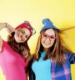 Conceito dos povos do estilo de vida: dois adolescentes consideravelmente novos da escola que têm o sorriso feliz do divertimento Fotos de Stock Royalty Free