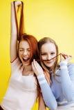 Conceito dos povos do estilo de vida: dois adolescentes consideravelmente novos da escola que têm o sorriso feliz do divertimento Foto de Stock