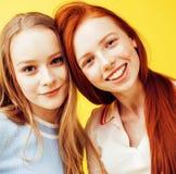 Conceito dos povos do estilo de vida: dois adolescentes consideravelmente novos da escola que têm o sorriso feliz do divertimento Fotos de Stock