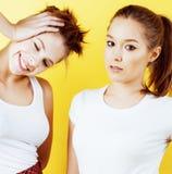 Conceito dos povos do estilo de vida: dois adolescentes consideravelmente novos da escola que têm o sorriso feliz do divertimento Foto de Stock Royalty Free