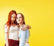 Conceito dos povos do estilo de vida: dois adolescentes consideravelmente novos da escola que têm o sorriso feliz do divertimento Imagens de Stock