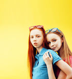 Conceito dos povos do estilo de vida: dois adolescentes consideravelmente novos da escola que têm o sorriso feliz do divertimento Imagem de Stock