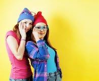 Conceito dos povos do estilo de vida: dois adolescentes consideravelmente novos da escola que têm o sorriso feliz do divertimento Fotografia de Stock
