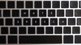 Conceito dos problemas do Internet de hoje Subtítulo do discurso de ódio isolado no teclado do caderno com chaves vazias fotos de stock royalty free
