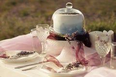 Conceito dos ramalhetes, do bolo e do casamento da alfazema imagens de stock