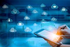 Conceito dos serviços da nuvem do homem de negócio que usa o tablet pc com serviços dos ícones do voo fotografia de stock royalty free