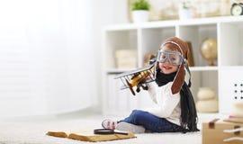 Conceito dos sonhos e dos cursos criança piloto do aviador com um brinquedo a foto de stock royalty free