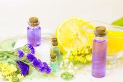 Conceito dos termas com óleo essencial e limão imagem de stock