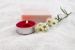 Conceito dos termas com sabão cor-de-rosa na toalha branca decorada pelo cortador fl Imagem de Stock
