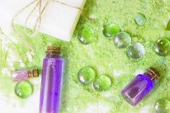 Conceito dos termas com sal de banho verde imagem de stock royalty free