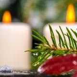 Conceito dos termas do inverno de ramos sempre-verdes com gotas, velas sobre Fotografia de Stock