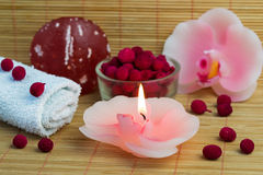 Conceito dos termas do sabão vermelho, das velas da orquídea e do incenso vermelho imagens de stock