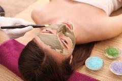 Conceito dos termas Jovem mulher com máscara facial nutriente no salão de beleza, fim acima imagem de stock