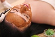 Conceito dos termas Jovem mulher com máscara facial nutriente no salão de beleza, fim acima imagens de stock