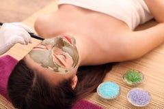 Conceito dos termas Jovem mulher com máscara facial nutriente no salão de beleza, fim acima fotos de stock royalty free