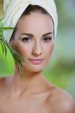 Conceito dos termas. Plantas verdes da face tocante bonita nova da mulher fotos de stock