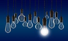 Conceito dos trabalhos de equipa e da inovação - bulbos no fundo da parede Imagem de Stock Royalty Free