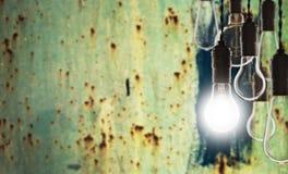 Conceito dos trabalhos de equipa e da inovação - bulbos no fundo da parede Fotos de Stock Royalty Free
