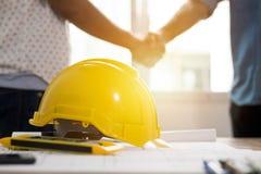 Conceito dos trabalhos de equipa, equipe da arquitetura que agita a mão no engodo da construção foto de stock