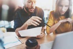 Conceito dos trabalhos de equipa Equipe do negócio que senta-se na sala de reunião e que faz conversações horizontal Fundo borrad imagens de stock